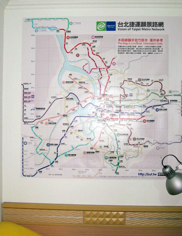 貼在床頭牆上的台北路線圖
